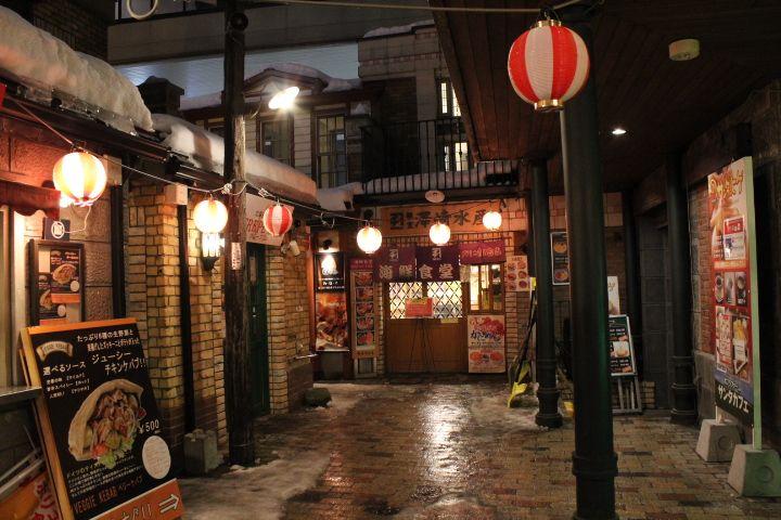 屋台村「出抜小路」は小樽運河のすぐ向かい!