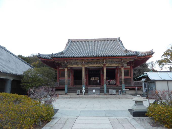 国の重要文化財に指定されている、朱塗りの本堂がある屋島寺