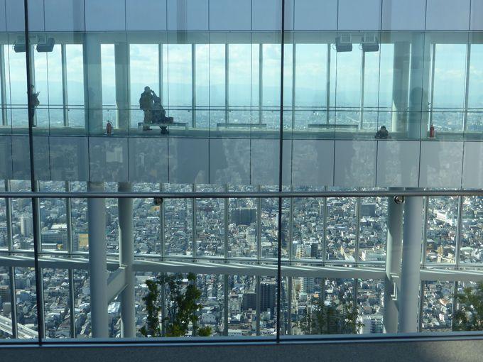 展望台エレベーターで60階フロア「驚きの空間」へ
