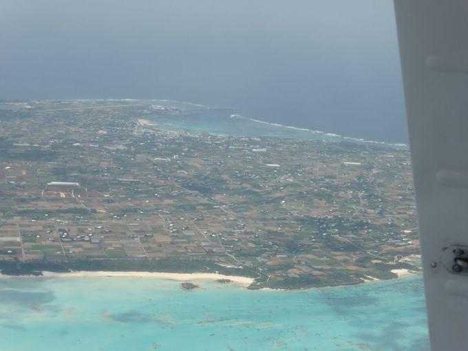 琉球諸島の海の上を空中散歩
