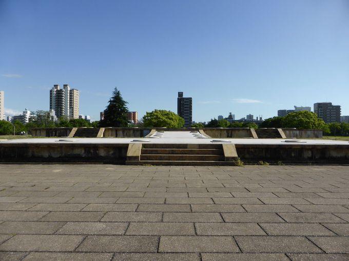 幻の大極殿『難波宮跡』は、中央大通りに面してる大きな公園の中