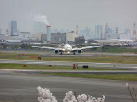 飛行機が真上に!伊丹空港北側「下河原」は人気の離陸スポット|兵庫県|トラベルjp<たびねす>