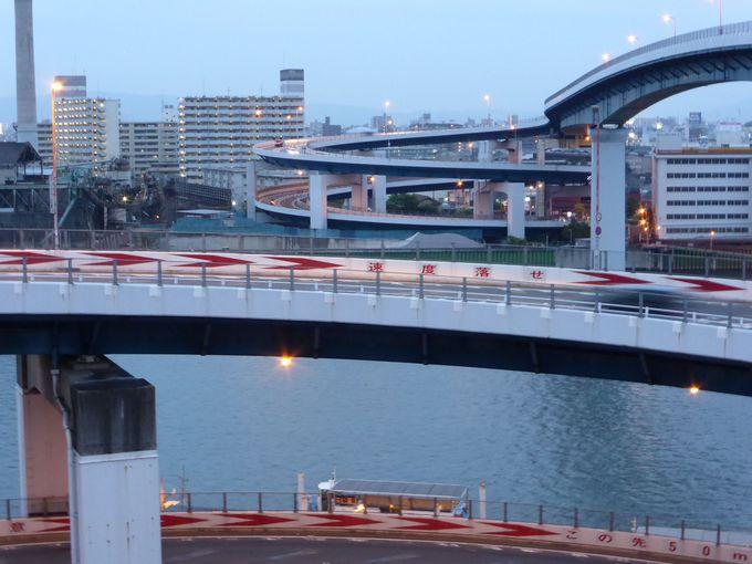 橋に並行して運行の「千本松渡船場」