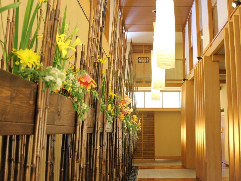 木の温もり溢れる館内には、花や和飾りがいっぱい