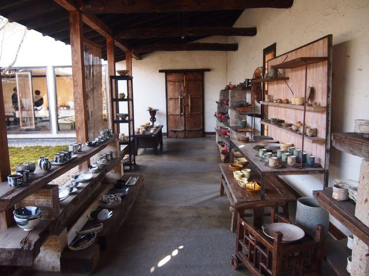 蔵をイメージしたギャラリーでは陶芸家の個展