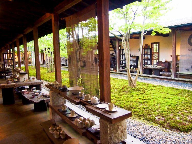 緑あふれる中庭を囲むような回廊型ギャラリー