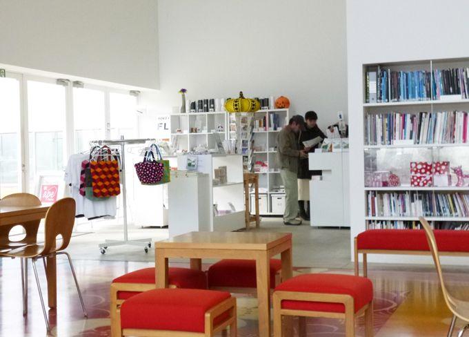 ミュージアムショップには、草間彌生さんのアートグッズなどが充実!