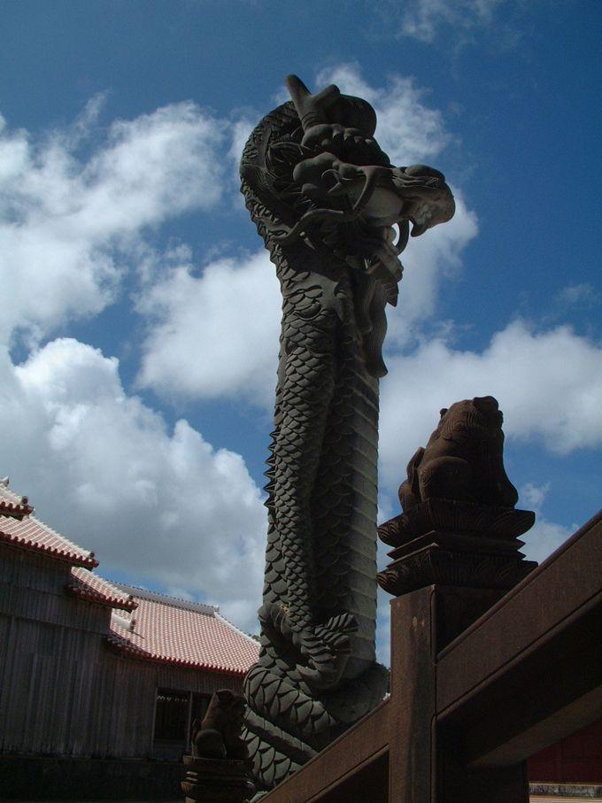 首里城正殿を守る大龍柱は、今にも琉球の空に飛び立ちそう!