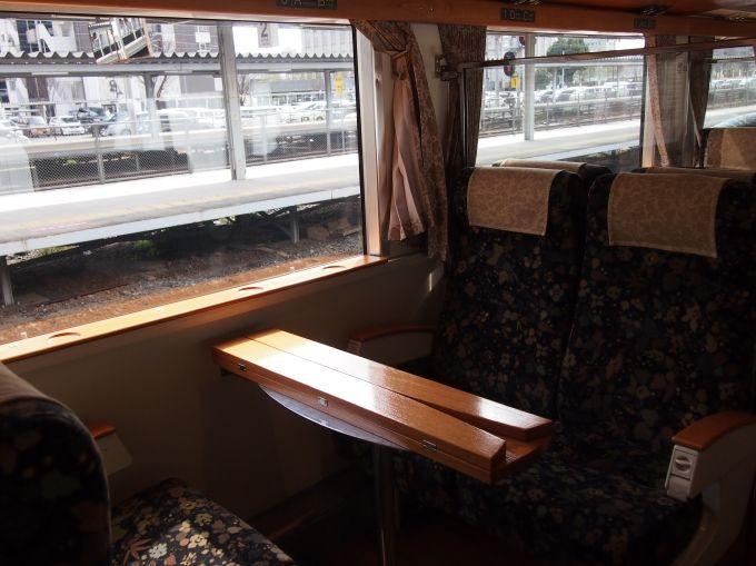 2号車には、家族に嬉しいボックスシートや眺めの良い子ども椅子席も!