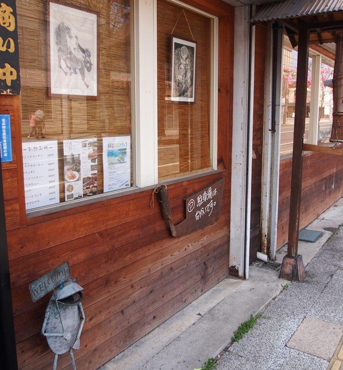 遠野駅から真っ直ぐ、徒歩5分。木製の看板が目印です