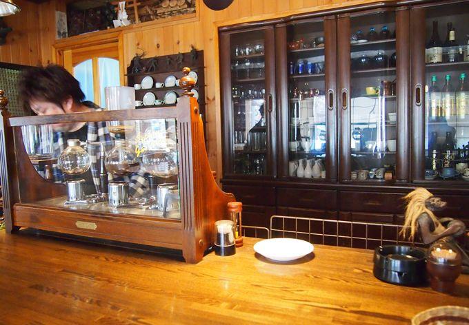 遠野産の赤松を使った店内は、ゆったりできる落ち着いた空間