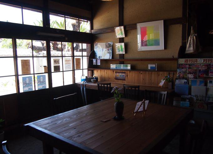 喧騒を離れ、静寂の中へ。百年近い歴史を刻む、酒屋の中にあるカフェ