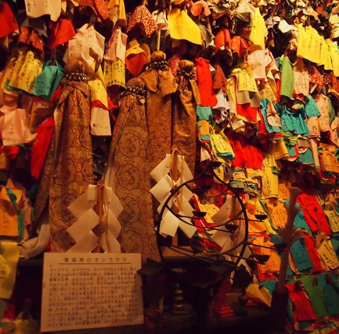 御蚕神堂(オシラ堂)には千体のオシラサマを展示!着布体験もできる
