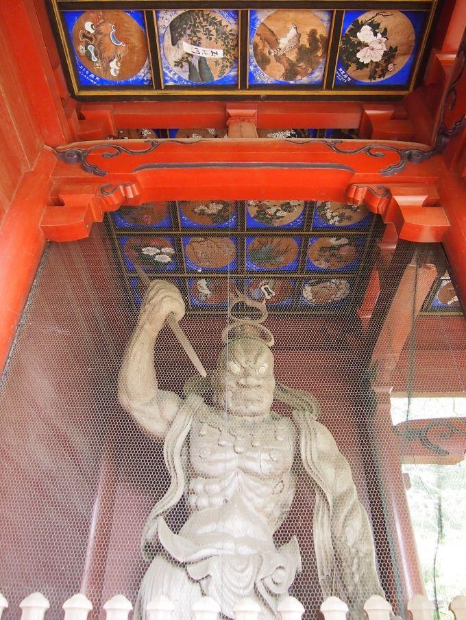 朱の仁王門の格天井には、美しさに目を奪われる極彩色の天井絵!