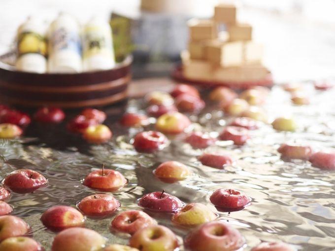 こんな温泉はじめて!果実風呂に月見酒、飛騨檜の板湯にうっとり