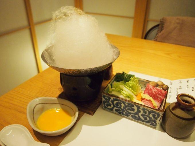 夕食の名物鍋、アルプスの雪に見立てた綿飴「雪鍋」すき焼きなど