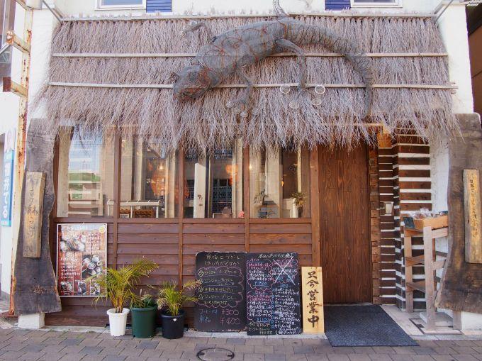 インテリアはアジアンリゾート風、店内外にかわいいヤモリのオブジェ