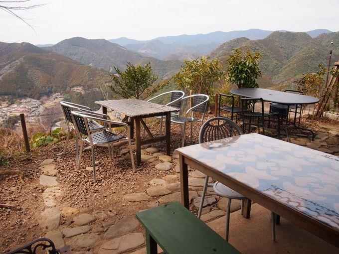 折り重なる紀伊山地、のどかな棚田の風景を一望する特等テラス席