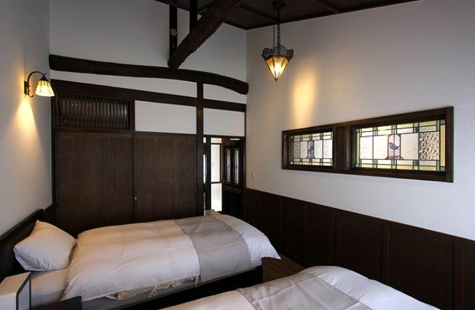 寝室は和洋折衷、安らぐステンドグラスと障子越しの明かり