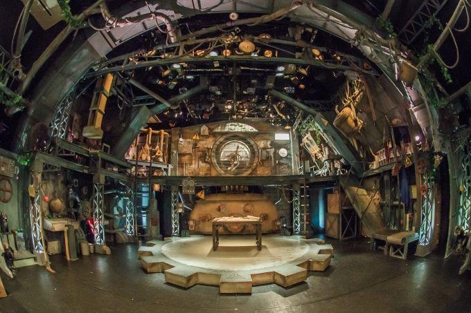 開演前からわくわく!様々な仕掛けが施された『ギア』専用劇場の内部!