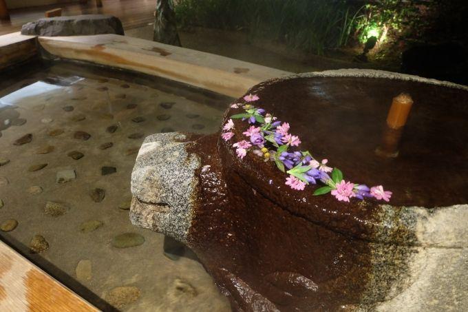 食事が終わるともらえる開運みくじ、花が浮かぶ手湯足湯でまったり