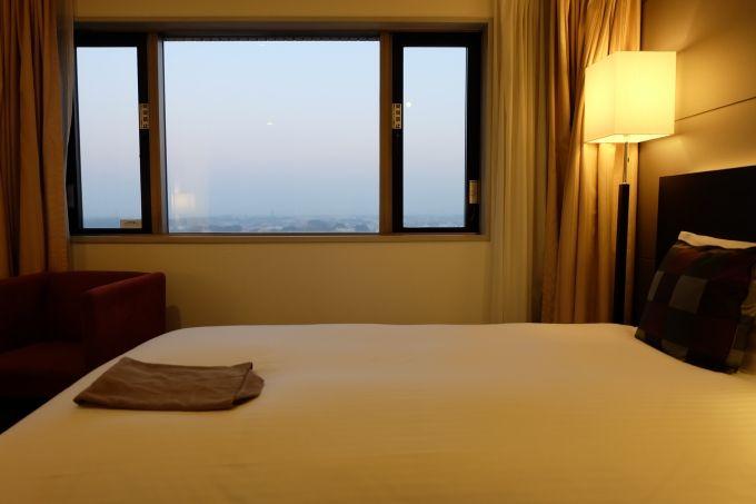こだわりのベッド、老舗寝具工房ロフテーと共同開発した快眠枕
