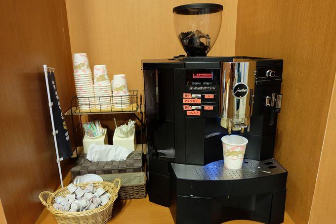 ロビーに置かれたコーヒーマシンの利用はタダ!