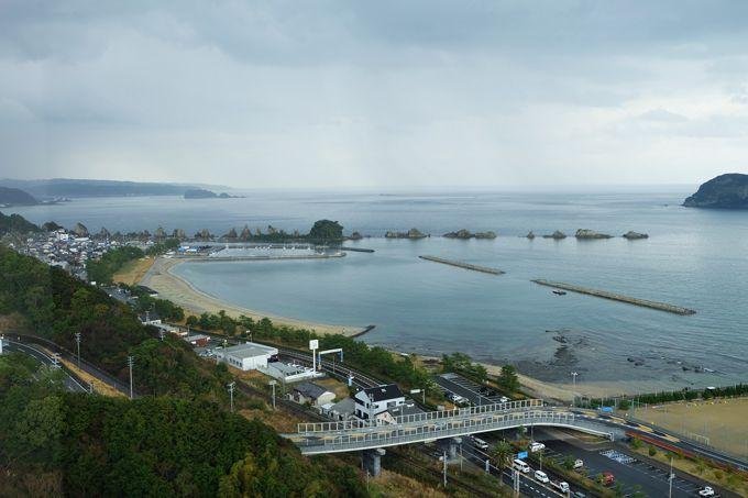 景勝「橋杭岩」850mに40個が並ぶ、伝説の奇岩を一望!