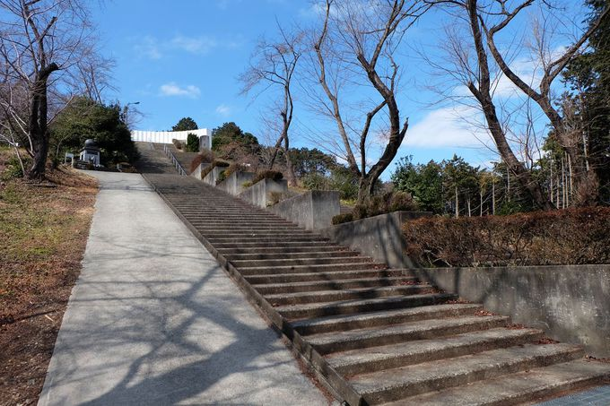 さくらの山公園の上に建つ「世界無名戦士の墓」
