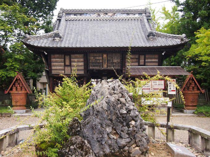 入母屋造りの「東門」の前にはさざれ石