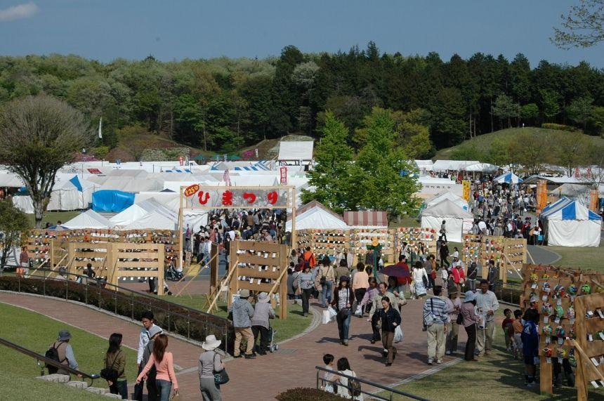 オークション、作家茶碗で野点などイベントも多数