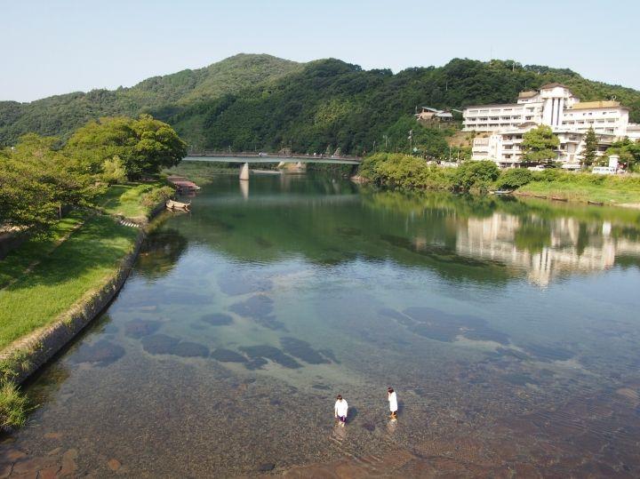 錦帯橋からの眺め、清らかな錦川にはホテルのシルエット