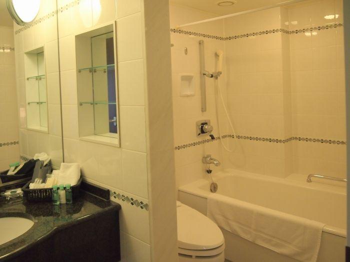 バスルームも広々、アメニティも充実!ジムも無料で