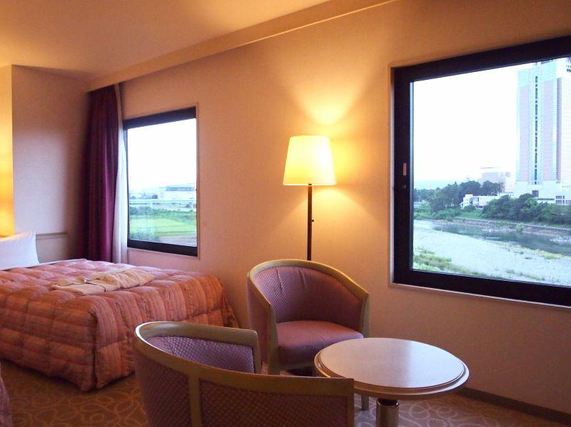 大きな窓から景色を眺め、ゆったり過ごす客室