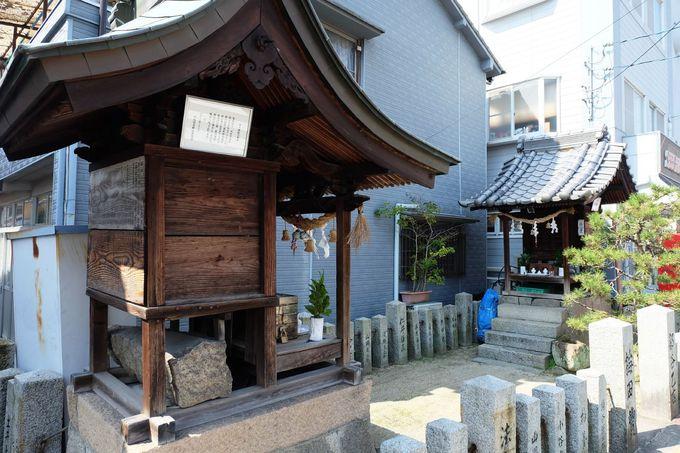 ユニークな向かい合わせの神社