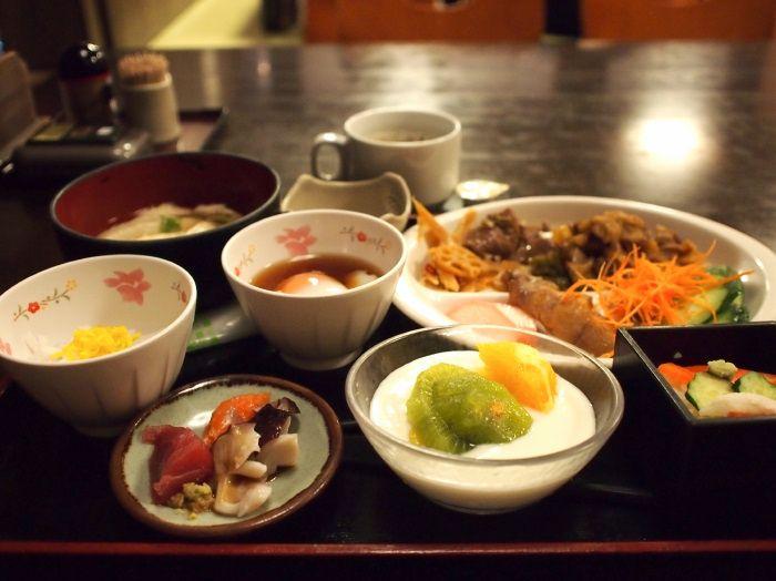 朝食バイキングは刺身や桝寿司など、八戸ならではの海鮮も充実