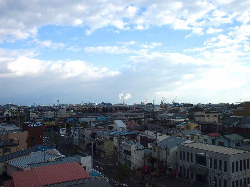 本八戸駅は目の前、中心部にも近く、窓からは工業地帯も一望!