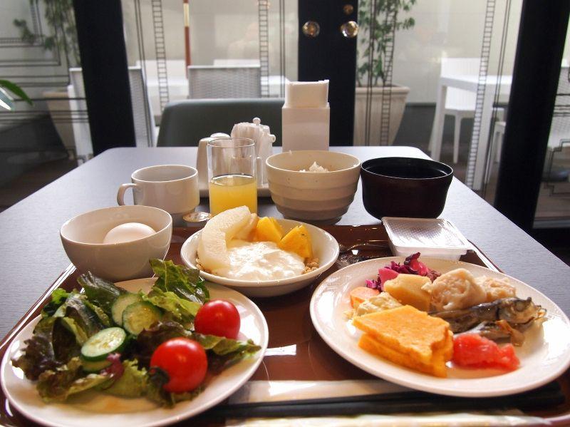 朝日の差し込む優雅な空間で、こだわりの朝食を