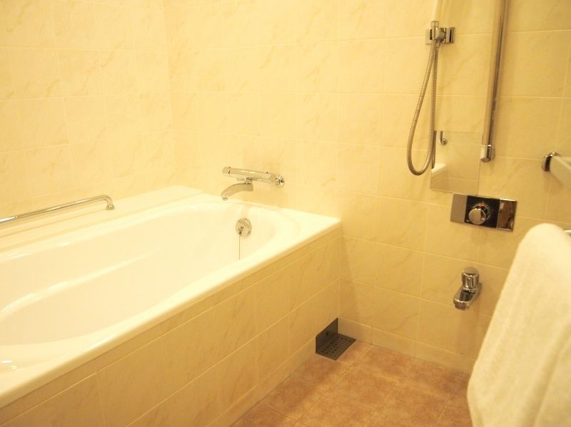 広い洗面台にお風呂は洗い場付、天然温泉付き大浴場も