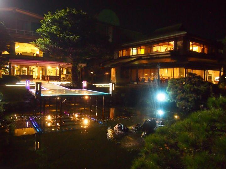 120年前炭紘王が手掛けた700坪にわたる池泉廻遊式の日本庭園