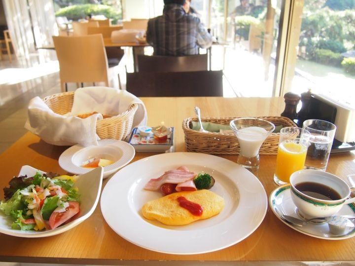 朝食は美しい中庭を眺めながら、ゆったりと優雅に