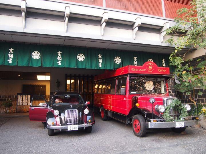 JR武雄温泉駅へはレトロ車両で送迎