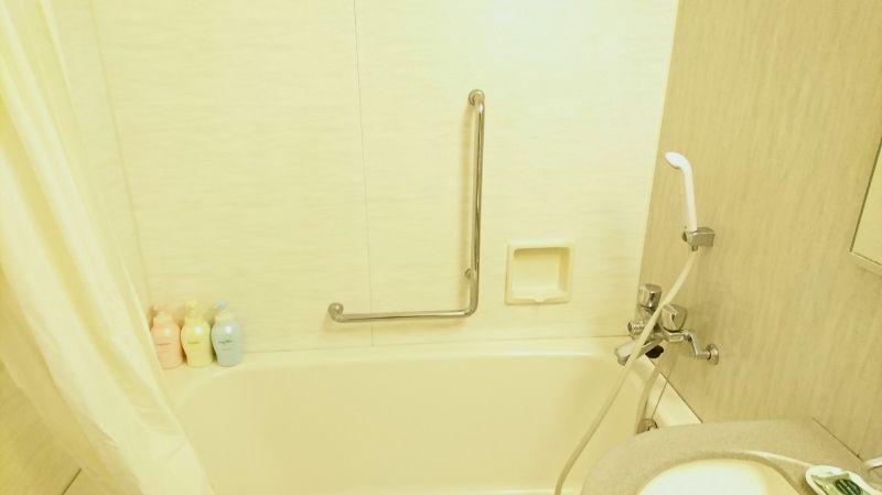シングルルームでもバスルームは広めの造り