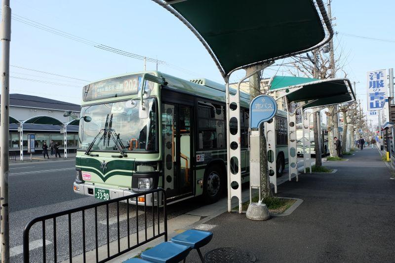 ホテルの前は市バス九条車庫前停留所