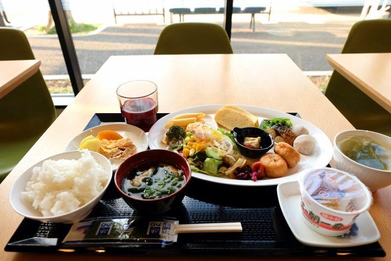朝食は和洋バイキング、近くにコンビニや飲食店もあり、