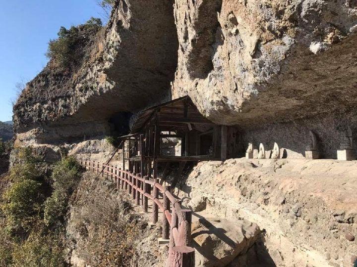 岩峰に続く九州自然歩道、岩屋には石仏や摩崖仏が