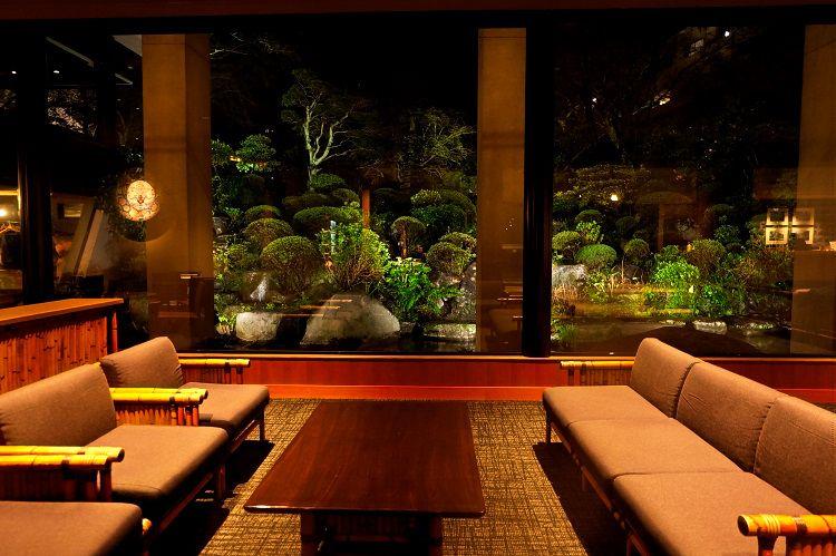 展望テラス、レストラン、ラウンジで庭園を楽しむ