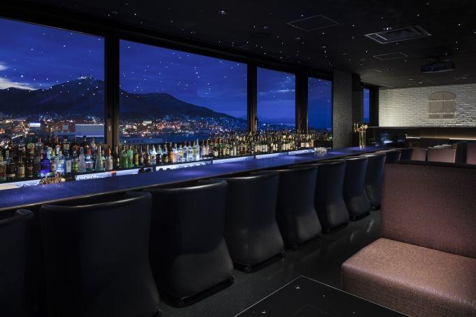 眼前に函館山、夜景バーで絶景を独り占め