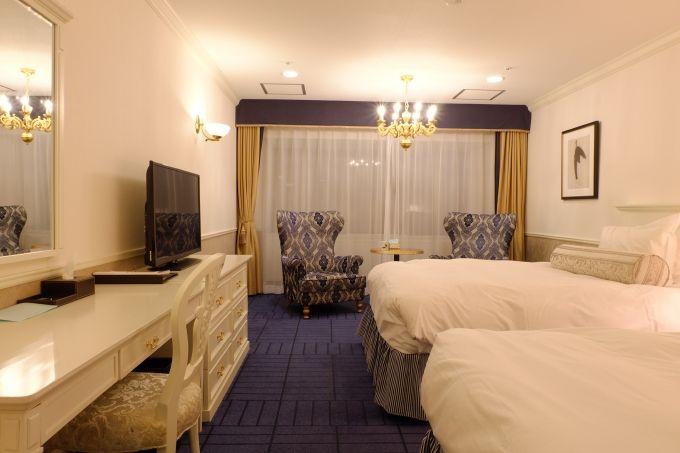 白と青を基調としたラグジュアリーな客室