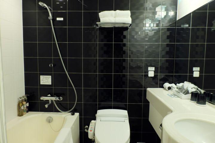 スタイリッシュなバスルーム、アメニティも充実